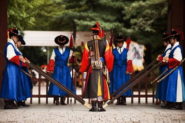 091003_seoul_korea_deoksugung_palace_daehanmun_changing_royal_guards_block_MG_2528