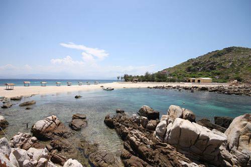 Đảo yến Hòn Nội cách Nha Trang chừng một giờ đi tàu. Nơi có những bãi cát trắng, uốn cong cùng mép nước biển xanh