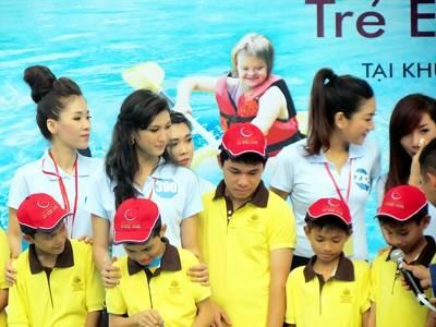 """Các thí sinh cuộc thi """"Nữ hoàng biển Việt Nam 2013"""" tặng quà cho trẻ em khuyết tật, chiều 1/6."""