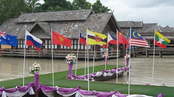 Người Thái rất khéo léo khi treo quốc kỳ các nước hay có du khách tới chợ.