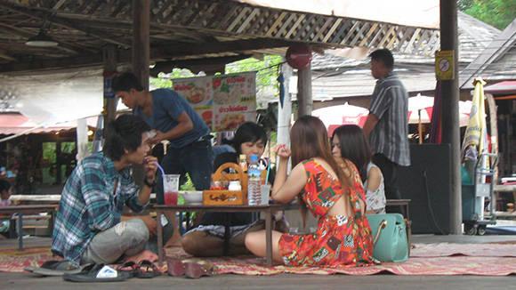 Du khách thưởng thức các món ăn ngay trên sông.