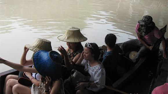 Vì là chợ nổi nên mọi hoạt động thăm quan đều phải dùng thuyền.