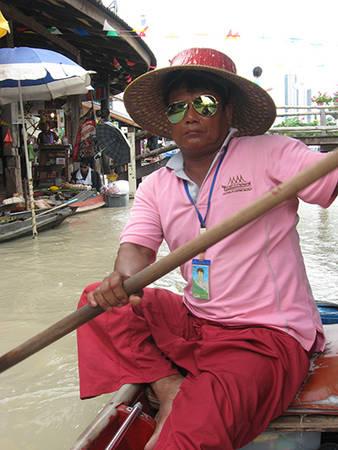 Chân dung một người chèo thuyền tại chợ.