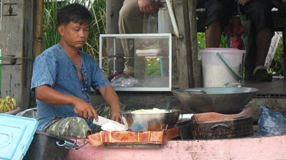 Ở chợ bày bán rất nhiều đồ ăn đặc trưng của Thái Lan