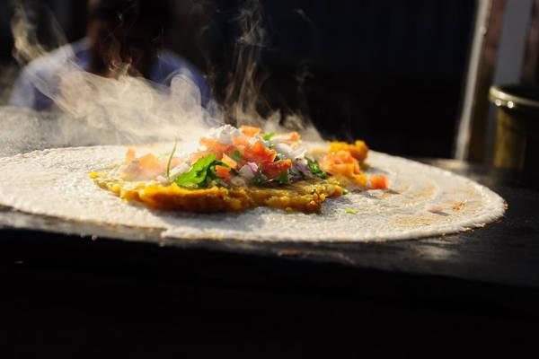 Nếu bạn không ăn được cay, hãy nhớ nhắc người làm bánh không cho ớt, kẻo sẽ phải cầm cả chai nước để hạ nhiệt đấy.