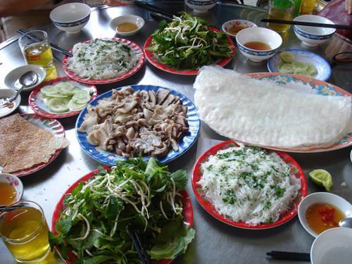 Món bánh hỏi cuốn bánh tráng và lòng heo ăn kèm nước mắm đậm chất Phú Yên.