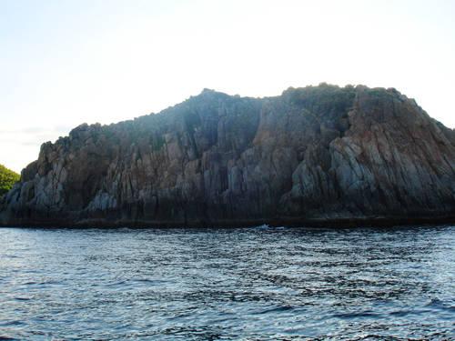Cảnh vật trời, biển và những dãy núi hình thù kỳ thú, hùng vĩ.