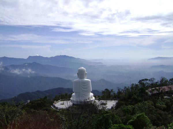 Bức tượng phật chùa Linh Ứng cao 30m, lưng tựa núi, mặt hướng ra biển uy nghi.