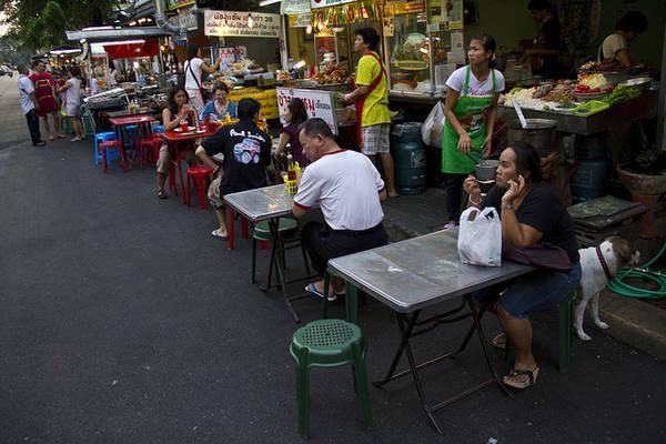 Những con phố ăn vặt hấp dẫn khắp Bangkok