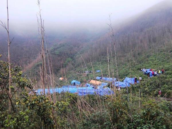 Lều dã chiến dựng ở chân núi để ăn uống và nghỉ đêm.