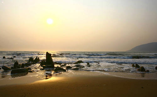 Chỉ có những con sóng tràn lên bờ cát, lên những bãi đá. Phía xa là dải Hoành Sơn xanh mờ nhô ra biển