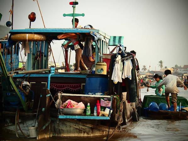 """Những chiếc thuyền nhỏ này không chỉ là phương tiện mưu sinh mà còn là """"nhà"""" của người dân địa phương. Quần áo, đồ dùng sinh hoạt và cả nhà bếp đều có trên thuyền."""
