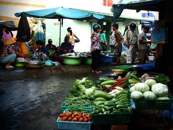 Hình ảnh người dân mua bán ở chợ trên đất liền.