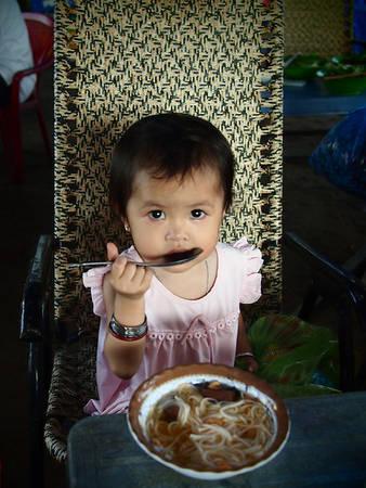 Cô bé đang dùng bữa sáng.
