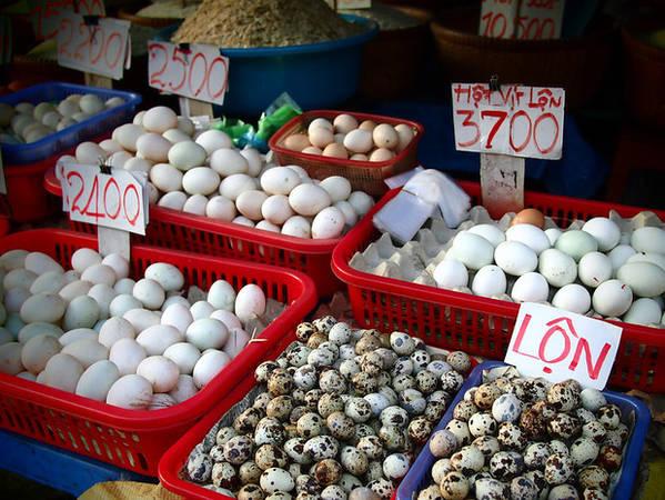 Trứng gà, trứng vịt và trước cút. Ngoài ra còn có trứng vịt lộn – một món ăn chơi đặc trưng ở Việt Nam.
