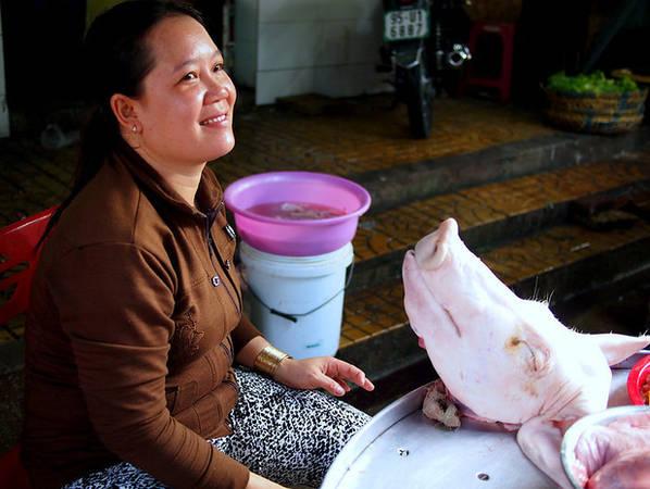 Một cô bán thịt heo…