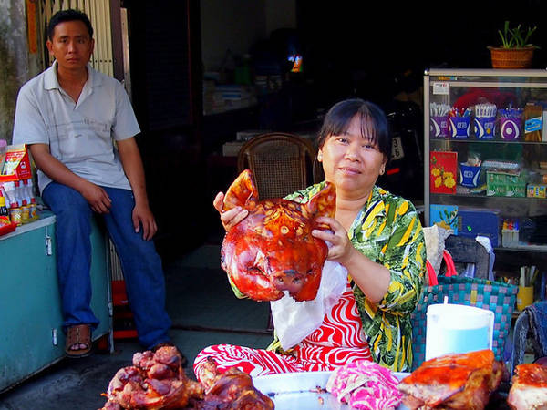 Còn người phụ nữ này đang khoe mặt hàng của mình: Đầu heo quay.