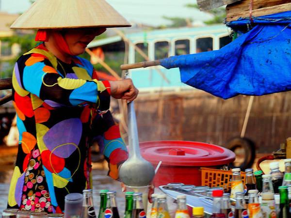 Người phụ nữ bán súp buổi sáng trên thuyền.