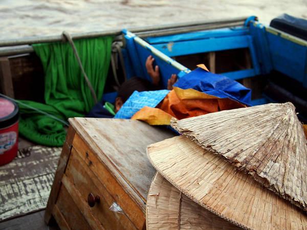 Những chiếc nón lá xếp chồng trên thuyền.