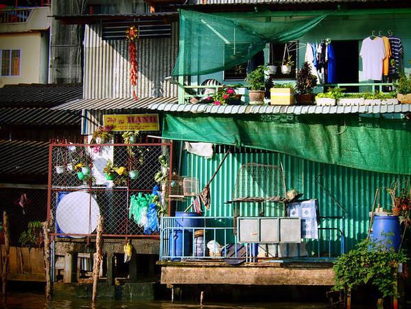 Những ngôi nhà ở ven sông hướng ra chợ nổi Cái Răng.