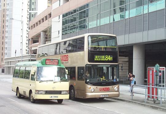Du khách có thể chọn phương tiện quen thuộc là xe buýt.