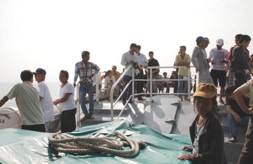 Du khách thăm đảo bằng tàu cao tốc