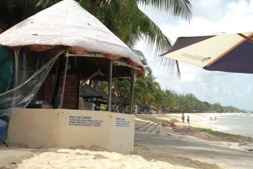 Một bãi tắm dành cho du khách ở khu resort cao cấp trên đường Trần Hưng Đạo
