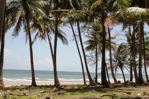 Một bãi biển còn hoang sơ nằm ở phía nam thuộc bờ tây của đảo