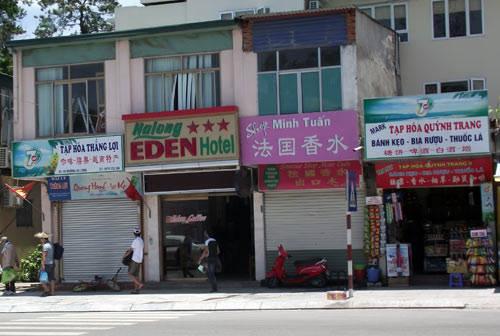 Biển hiệu quảng cáo ghi chữ Trung Quốc san sát nhau ở Hạ Long (Ảnh: Hồng Nhung)