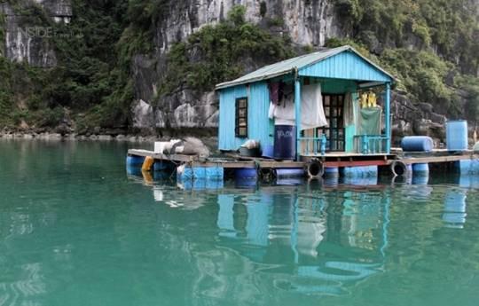 Nhà nổi trên mặt nước vịnh ở Vung Viêng