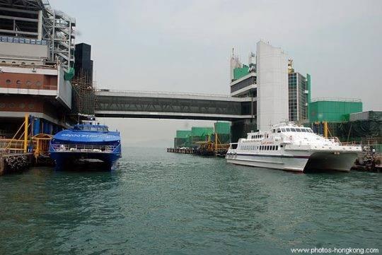 Phương tiện phổ biến thứ hai để di chuyển từ Hồng Kông sang Thâm Quyến là phà.
