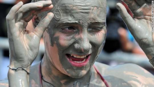 Lễ hội vốn được tổ chức nhằm quảng bá cho các công dụng dưỡng da và làm đẹp của bùn địa phương.