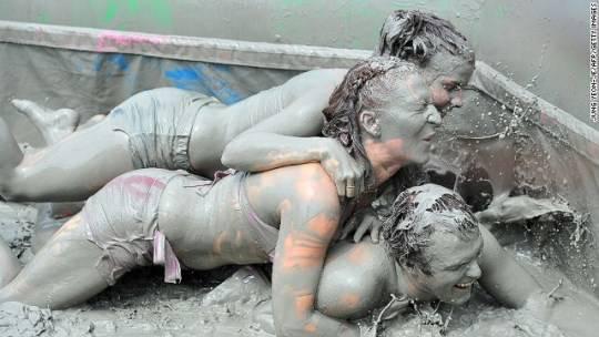 Du khách tham gia các hoạt động thú vị như chạy marathon bùn, vẽ lên mặt bằng bùn thậm chí là tắm bùn và đấu vật bùn.