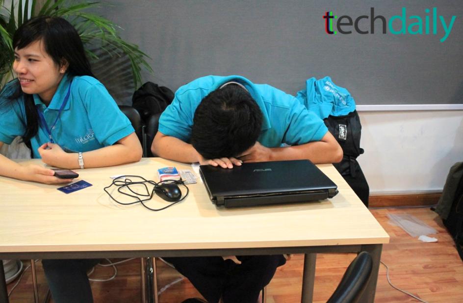 Một số thành viên các nhóm tranh thủ ngủ trên bàn làm việc sau hàng chục giờ đồng hồ tập trung hoàn thiện sản phẩm – Ảnh: Techdaily.vn