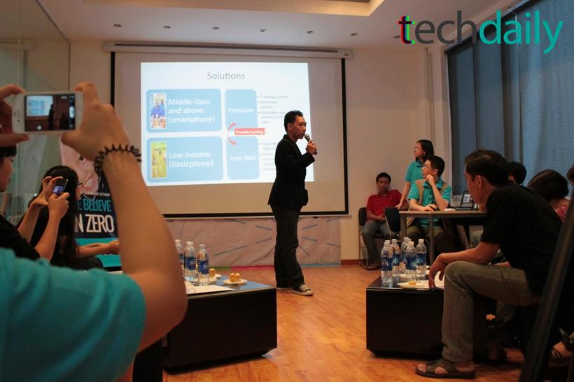 Một số nhóm thể hiện sự chuẩn bị chu đáo cho phần trình bày và demo ý tưởng của mình – Ảnh: Techdaily.vn