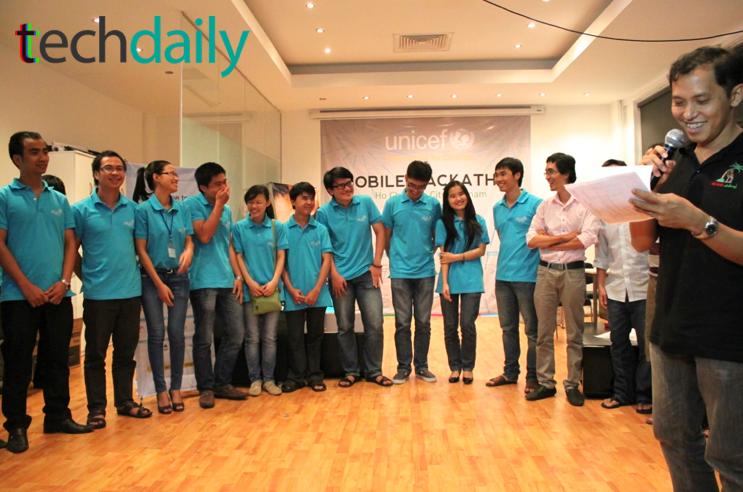 Ông Trần Tuấn Anh xướng tên các nhóm đạt điểm cao nhất trong cuộc thi cùng lên sân khấu – Ảnh: Techdaily.vn