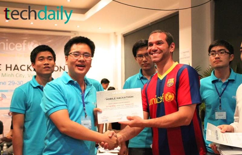 Đại diện World Bank trao Chứng chỉ tham gia Cuộc thi cho các đội vào tới vòng chung kết – Ảnh: Techdaily.vn