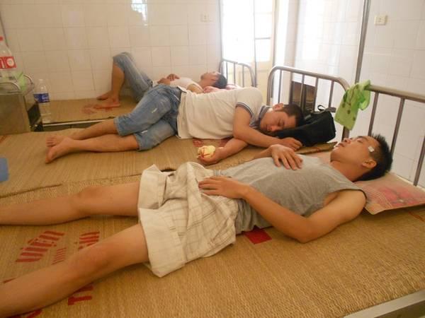 Các du khách đang được cấp cứu tại bệnh viện huyện Tĩnh Gia