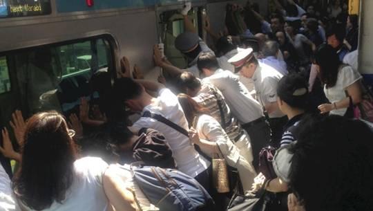 Hành khách Nhật Bản giải cứu người bị kẹt dưới đường ray bằng cách đẩy tàu 32 tấn