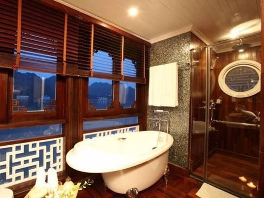 Phòng tắm trên du thuyền Âu Cơ