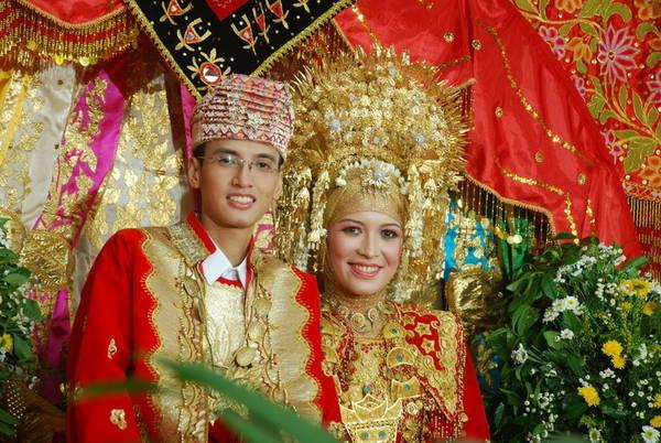 Ảnh: Cô dâu và chú rể người Minangkabau trong đám cưới.