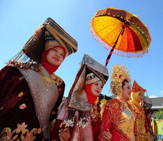 Ảnh: Phụ nữ Minangkabau trong trang phục truyền thống.