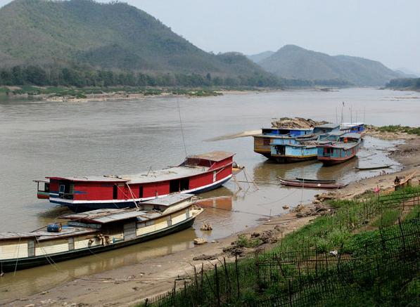 Những chiếc thuyền dài sẽ đưa du khách tham quan sông Mekong cũng như chiêm ngưỡng những vách núi đá vôi, những mẫu ruộng bậc thang và cảnh tượng người dân chài lưới.