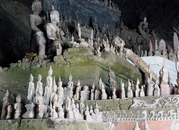 Đi dọc theo sông Mekong, du khách có thể ghé thăm động Pak Ou – nơi trú ẩn của vô số tượng Phật. Quần thể hang động nổi tiếng bởi các tác phẩm điêu khắc đậm chất Lào, được lưu giữ qua hàng thế kỷ. Hàng trăm bức tượng gỗ được đặt trên sàn và dựng trên tường.