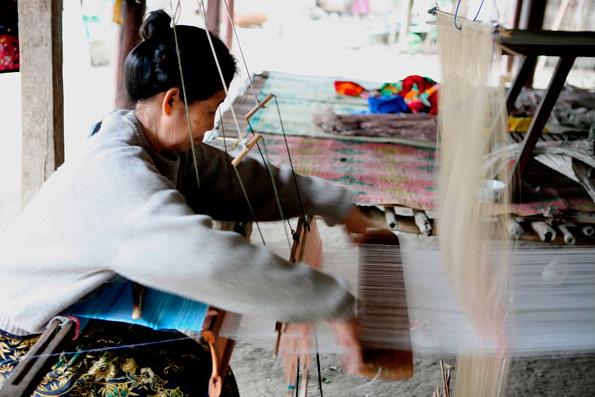 Chiếc thuyền đưa du khách tham qua sông Mekong dừng lại tại làng Ban Xang Khong – nơi nổi tiếng với nghề làm giấy dó.
