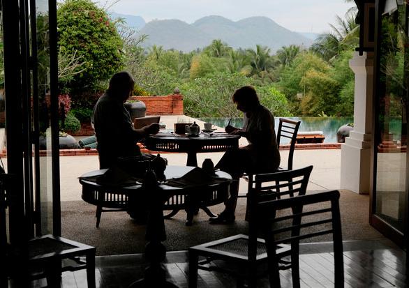Bữa chiều cạnh hồ bơi ở La Residence Phou Vao – cách Luang Prabang 5 dặm. Khách sạn này có một hồ đầy sen, dịch vụ spa và khung cảnh hướng về phía tháp vàng ở vùng núi phía xa.