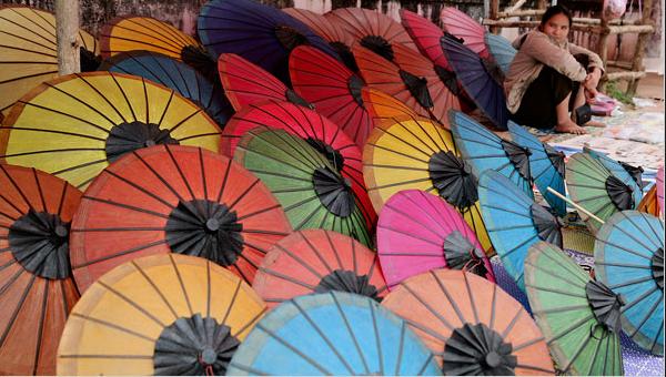 Người dân địa phương bày bán những mặt hàng thủ công mỹ nghệ dọc Sisavangvong – đường cái của Luang Prabang.