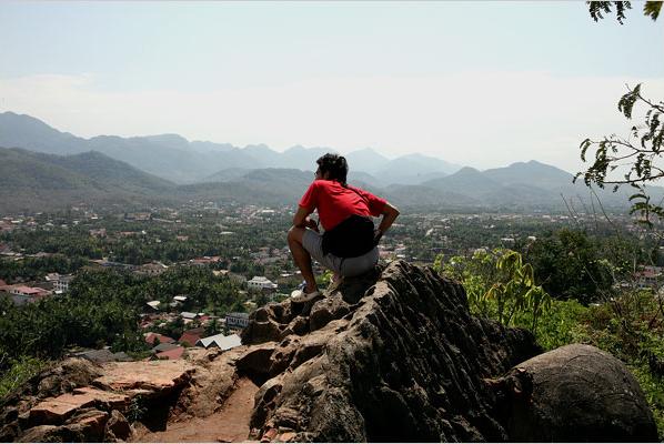 Núi Phousi sừng sững, có thể được nhìn thấy ở bất kì ngõ ngách nào của Luang Prabang. Để lên đến đỉnh, người ra phải vượt qua đoạn đường ngoằn ngoèo và leo hơn 300 bước.