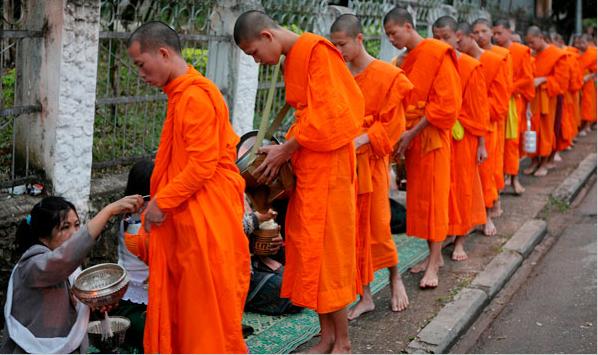 Hình ảnh các nhà sư đi khất thực là một hình ảnh đặc trưng và thiêng liêng ở Luang Prabang. Được dẫn đầu bởi một nhà sư lớn tuổi, các nhà sư đi theo một hàng trên vệ đường nơi những người dân địa phương đang quỳ bên cạnh đồ biếu tự làm.