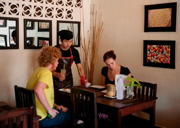 Là đất nước không tiếp giáp biển, do đó nền ẩm thực của Lào kém đa dạng hơn Thái Lan hay Việt Nam. Tuy nhiên, ở đây cũng có những món ăn đặc trưng. Nhà hàng Tamarind là nơi mà du khách có thể thưởng thức những đặc sản Lào như cá tươi nướng ăn kèm với các loại rau xanh trồng tại địa phương như húng quế, rau mùi, bạc hà.